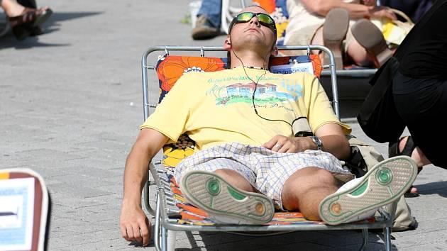 Kolemjdoucí využili vyjímečné možnosti k odpočinku na náměstí Svobody