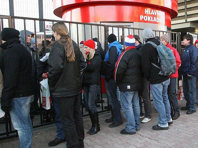 Stovka fanoušků hokejové Komety čekala v pondělní zimě ve frontě na lístky na utkání pod širým nebem, které brněnská Kometa odehraje s Pardubicemi druhého ledna.