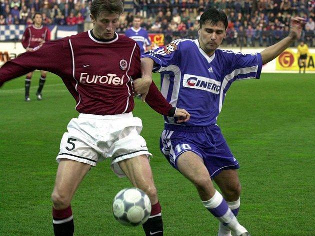 Fotbalista Marcel Cupák v drnovickém dresu (vpravo) v souboji se sparťanem Michalem Horňákem.