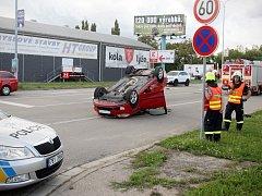 Vážně vypadající nehoda, která se naštěstí obešla bez zranění. Tak lze popsat havárii, která ve středu krátce před pátou hodinou odpoledne zaměstnala v brněnské Sportovní ulici policisty i hasiče.