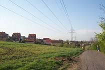 Pole v Černovicích Na Kamenkách, kde do dvou let začne IMOS v první fázi stavět nové sídliště. Sousedí s rodinnými domky v ulici Havranní, jehož obyvatelé si nejvíc stěžují.