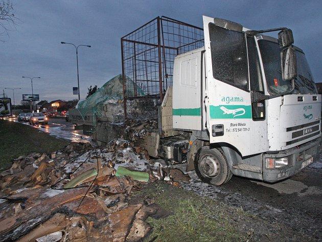 V Černovické ulici nedaleko Faměrova náměstí hořelo nákladní auto.