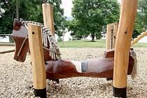 Dřevěný kůň na dětském hřišti.