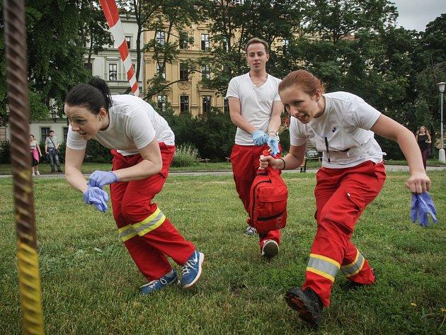 Zmatek, křik, sténání. Na místě deset zraněných. Jaké je zachraňovat lidi při hromadném neštěstí si v pondělí vyzkoušeli studenti třiceti středních a vyšších odborných zdravotnických škol z České republiky.