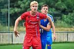 Šimon Chwaszcz (v červeném) se v utkání proti Baníku Ostrava B gólově prosadil.