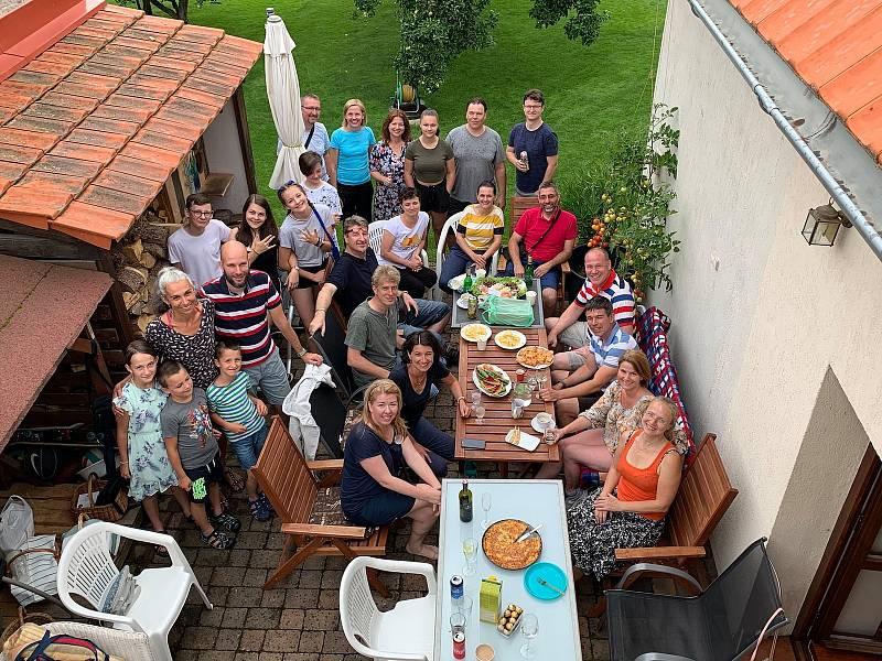 Akce Česko jde spolu na piknik vyzvala lidi z různých míst naší země, aby pořádali ve stejný čas piknik. Na snímku Starý Plzenec.