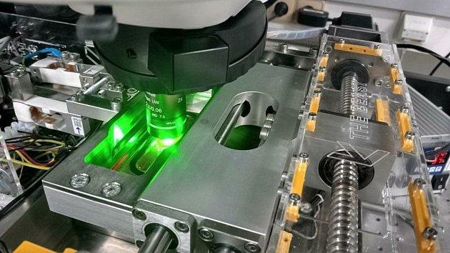 Experimentální zařízení, sjehož pomocí budou vědci měřit tribologii oka.