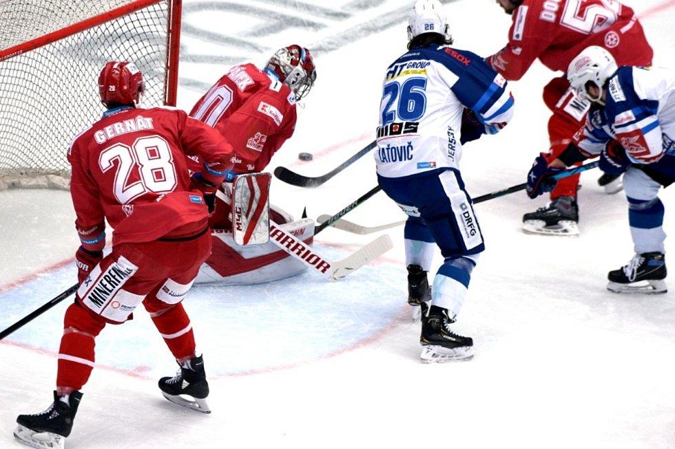 Hokejisté Komety Brno (v bílém) se představili ve 40. extraligovém kole na ledě Třince.