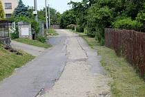 V některých ulicích Lesního Hlubokého zbývá po umístění splaškové kanalizace udělat nový povrch silnic.
