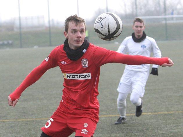 Fotbalisté Zbrojovky (v červeném Jozef Dolný) v přípravě.