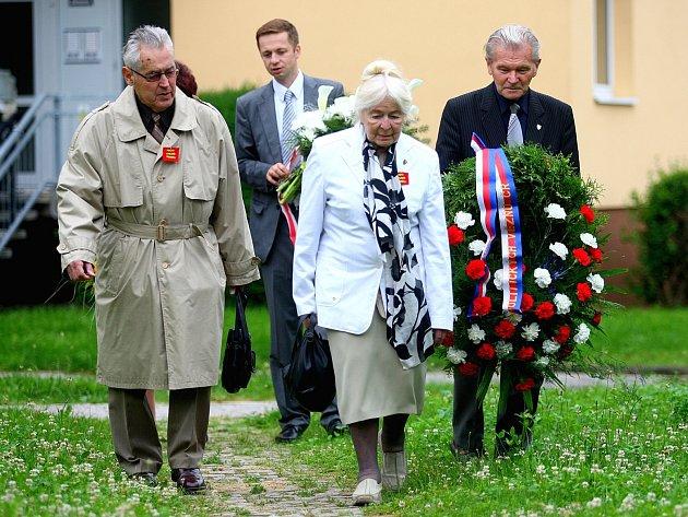 Zpěvem hymny a položením květin si v pondělí několik pamětníků i zástupců mladé generace připomenulo oběti a odpůrce komunistického režimu.