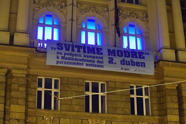 Modrá barva vneděli po setmění ozářila okna jihomoravského krajského úřadu na Žerotínově náměstí vBrně. Úřad se připojil ke čtvrtému ročníku projektu Česko svítí modře, který vČeské republice pořádá nadace Naděje pro autismus.