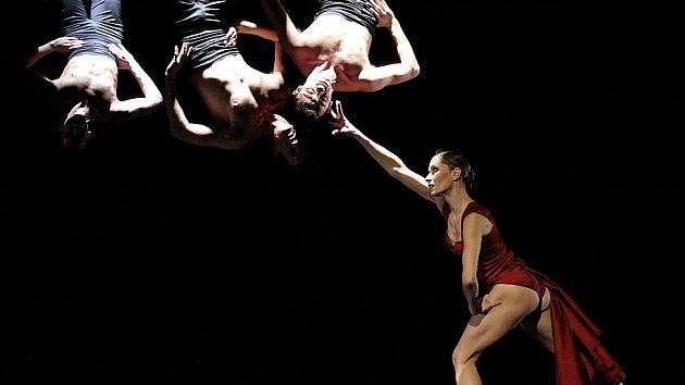 Carmen v novém nastudování obsahuje akrobatické prvky, režisér Soto využíval i gestikulace rukou.