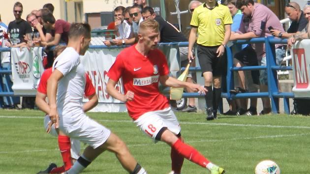 Fotbalisté Blanska (červené dresy) ještě loni v červnu hráli divzi, o třináct měsiců později se dostali do druhé ligy.