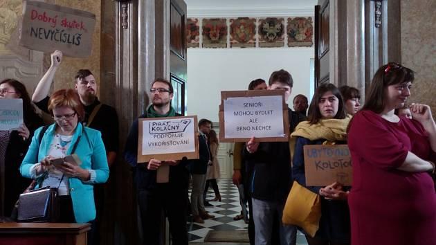 Lidé demonstrovali za bydlení pro chudé.