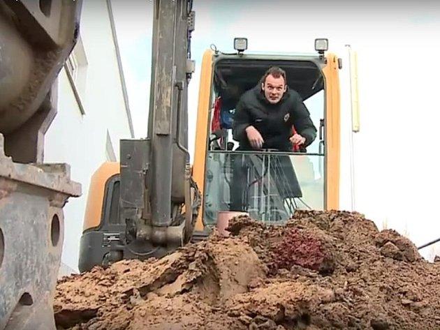 Brněnský fotbalista Jakub Řezníček si zahrál v motivačním videu roli bagristy.