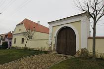 Tvrz ze čtrnáctého století získá nové využití. Za pár let zřejmě poslouží školákům i důchodcům z Jiříkovic.