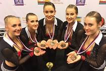 Brňanky (zleva Veronika Švábová, Denisa Keprtová, Anna Albrechtová, Klára Suchnová a Andrea Karásková) získaly na mistrovství světa ve sportovním aerobiku a fitness týmech v nizozemském Leidenu bronzové medaile mezi dospělými v kategorii step petite.