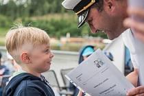 Své první jedničky čtyřiadvacet prvňáků dostalo na palubě lodi Utrecht na Brněnské přehradě.