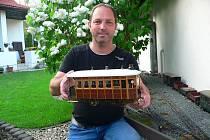 Jiří Kút dává dohromady miniaturní součástky parních lokomotiv, které se velikostí vejdou zhruba do krabice od bot.