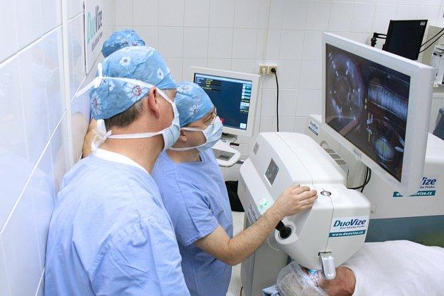 Operace trvá přibližně 15 minut a lze ji provést klasickou nebo laserovou metodou s využitím femtosekundového laseru LenSx.