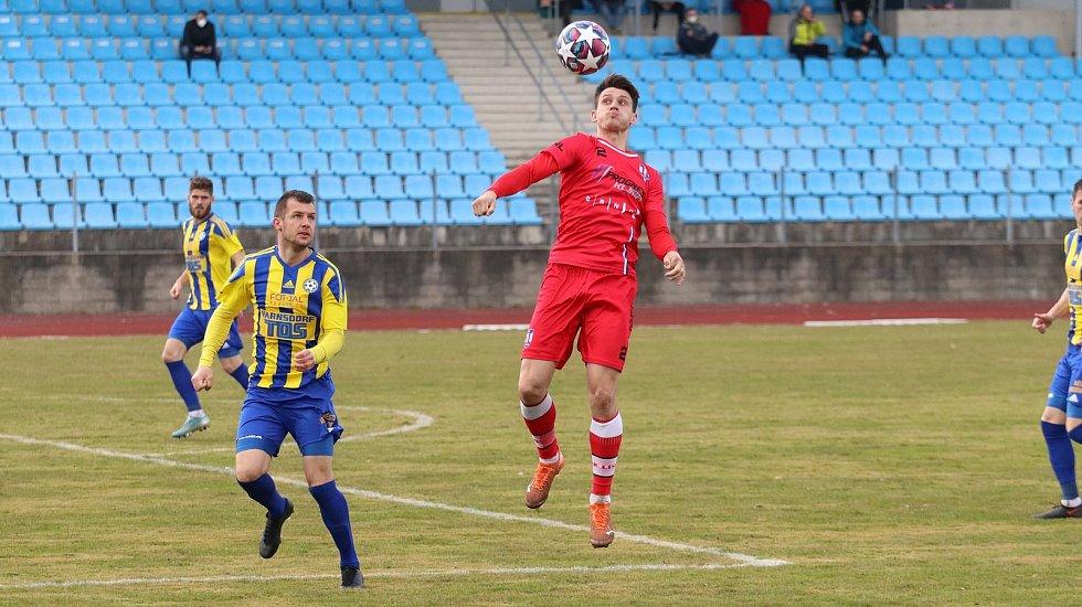 Líšeňští fotbalisté (v červeném Jan Silný) remizovali v odloženém duelu patnáctého kola FORTUNA:NÁRODNÍ LIGY s Varnsdorfem 1:1.