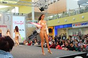 O víkendu ovládla nákupní centrum Olympia móda. Na přehlídkovém mole tam modelové a modelky předváděli nejnovější trendy v oblékání. Přehlídku řídil a moderoval známý herec Jan Čenský.