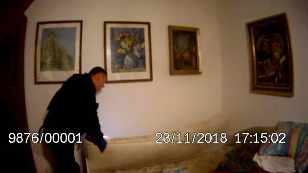 Muž zapadl za postel, pomoci mu museli strážníci.