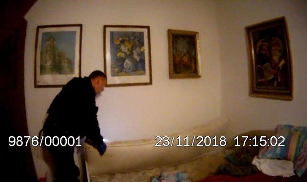 Muž zůstal uvězněný pod matrací. Vytáhli ho strážníci
