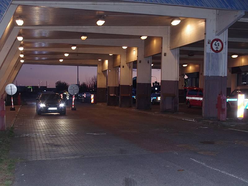 Na přechodu v Hatích byl v pátek navečer před pondělním úplným uzavřením hranic rušný ale plynulý provoz.