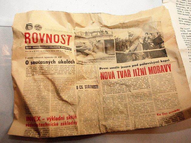 Schránku plnou historických unikátů nalezenou při rekonstrukci kostela sv. Josefa ve středu dopoledne otevřeli v brněnské Josefské ulici.