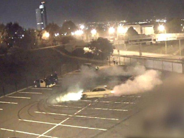 Jízda ve smyku a zápach spálených pneumatik. Tak vypadal sraz vyznavačů automobilového tuningu, kteří své řidičské dovednosti předváděli koncem minulého týdne v pozdních večerních hodinách na parkovišti u brněnského Ústředního hřbitova.