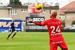 PŘI CHUTI. Fotbalisté Zbrojovky (v červeném) v přípravě přestříleli Uničov 6:0. Foto: Petr Nečas