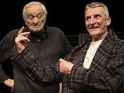 Jsou slavní, úspěšní, ovšem ve věku, kdy se role nehrnou. Milan Lasica a Martin Huba v komedii Starí majstri.