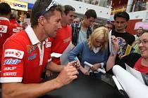 Účastníci brněnského závodu mistrovství světa superbiků si v obchodním centru Olympia na okraji Brna spolu s novináři zahráli bowling a pak se podepisovali fanouškům.