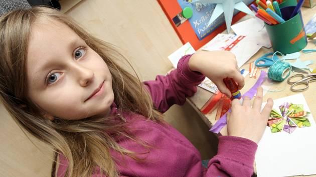 Děti z brněnské Lesné se pobavily v tamní knihovně. Pracovnice pro ně nachystaly vánoční tvořivou dílnu.