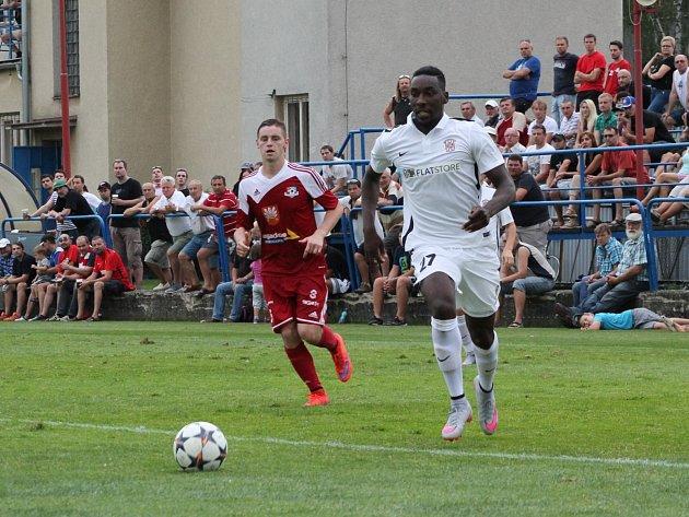 Fotbalisté Zbrojovky Brno (v bílém Donneil Alain Moukanza) potvrdili ve Velkém Meziříčí roli favorita a postoupili do další fáze Mol Cupu.
