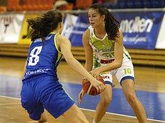 S mistrovským USK Praha sváděly basketbalistky KP Brno vyrovnaný souboj. Přesto nakonec podlehly 66:87. Na snímku Remenárová - Voráčková.