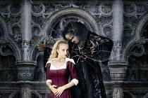 Scéna výtvarníka Jaroslava Milfajta a scénické koláže Petra Hlouška evokují prostředí kouzelného zámku.