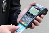 Usnadnit policistům práci a řidičům ušetřit starosti s placením pokut mají přenosné platební terminály.