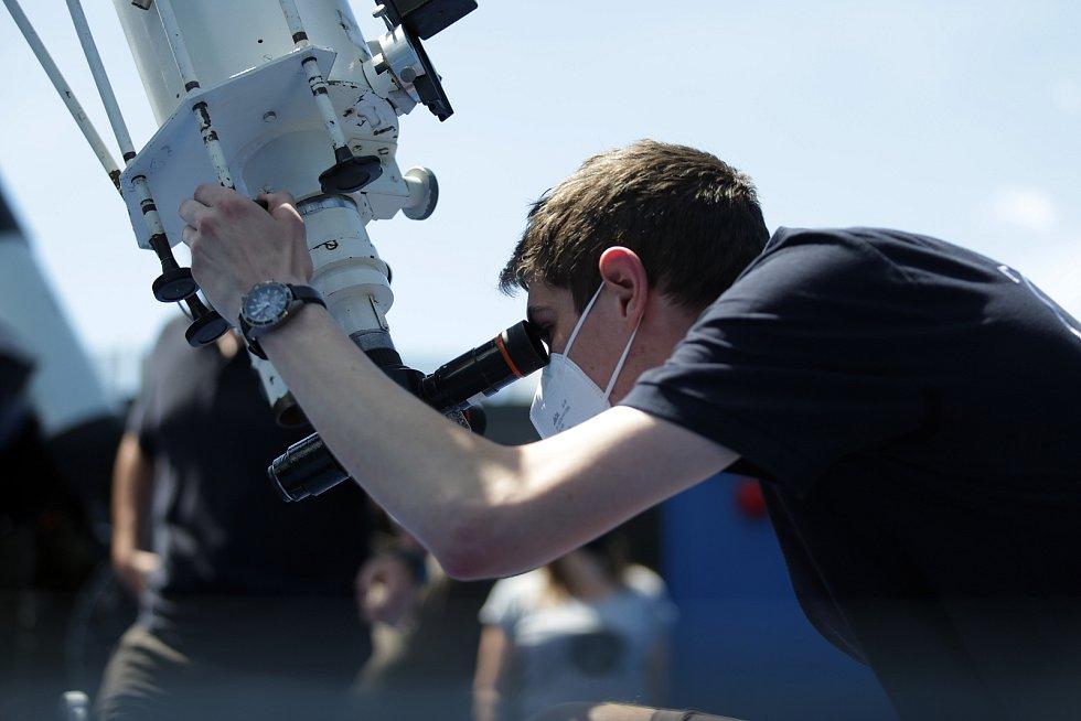 Pozorování částečného zatmění Slunce na brněnské Hvězdárně a planetáriu.