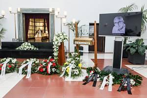 Rozloučení s Františkem Derflerem - V Brně se konalo 27. srpna 2019 poslední rozloučení s hercem, režisérem, signatářem Charty 77 a dlouholetým principálem Divadla U stolu Františkem Derflerem, který zemřel 17. srpna 2019 po dlouhé nemoci. Bylo mu 77 let.