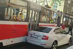 Bezohledný řidič zaparkoval auto v křižovatce u hlavního vlakového nádraží v Brně.