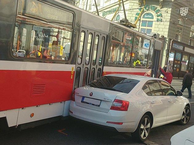 U nádraží zaparkoval v křižovatce. Tramvaj do auta narazila a nemohla dál projet