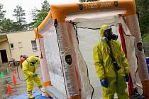 Hasiči trénovali převoz člověka nakaženého Ebolou.