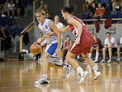 Basketbalistka Hana Horáková (vlevo).