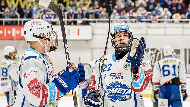 Jakub Brabenec (na snímku vpravo) jsou se Stanislavem Svozilem (vlevo) nejmladšími střelci Komety.