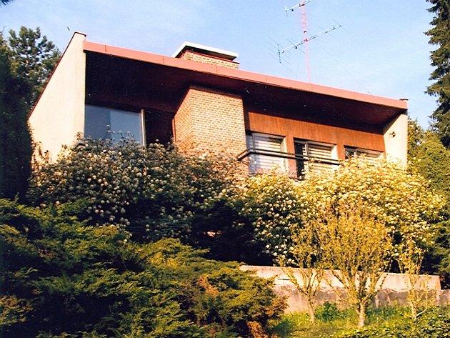 Architektu Josefu Němci se podařilo svůj dům v brněnské Masarykově čtvrti výtečně umístit. Z obytné místnosti je nádherný výhled na Pisárky. Stavba je inspirovaná funkcionalistickým slohem.