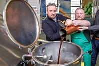 Čtyři a půl tisíce hektolitrů pro lidi v České republice, přes pět set hektolitrů pro Slováky. Tolik Zeleného piva uvaří letos sládci v brněnském pivovaru Starobrno. S přípravami začali začátkem týdne.