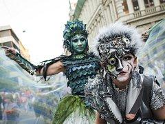 Posledním dnem vyvrcholil v pátek festival Na prknech, dlažbě i trávě, který trval od pondělí. Závěrečný program obstaral bláznivý Den masek, který do brněnských ulic přilákal stovky lidí.